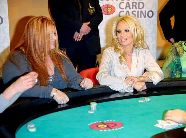 Famosa Pamela Anderson jogando poker